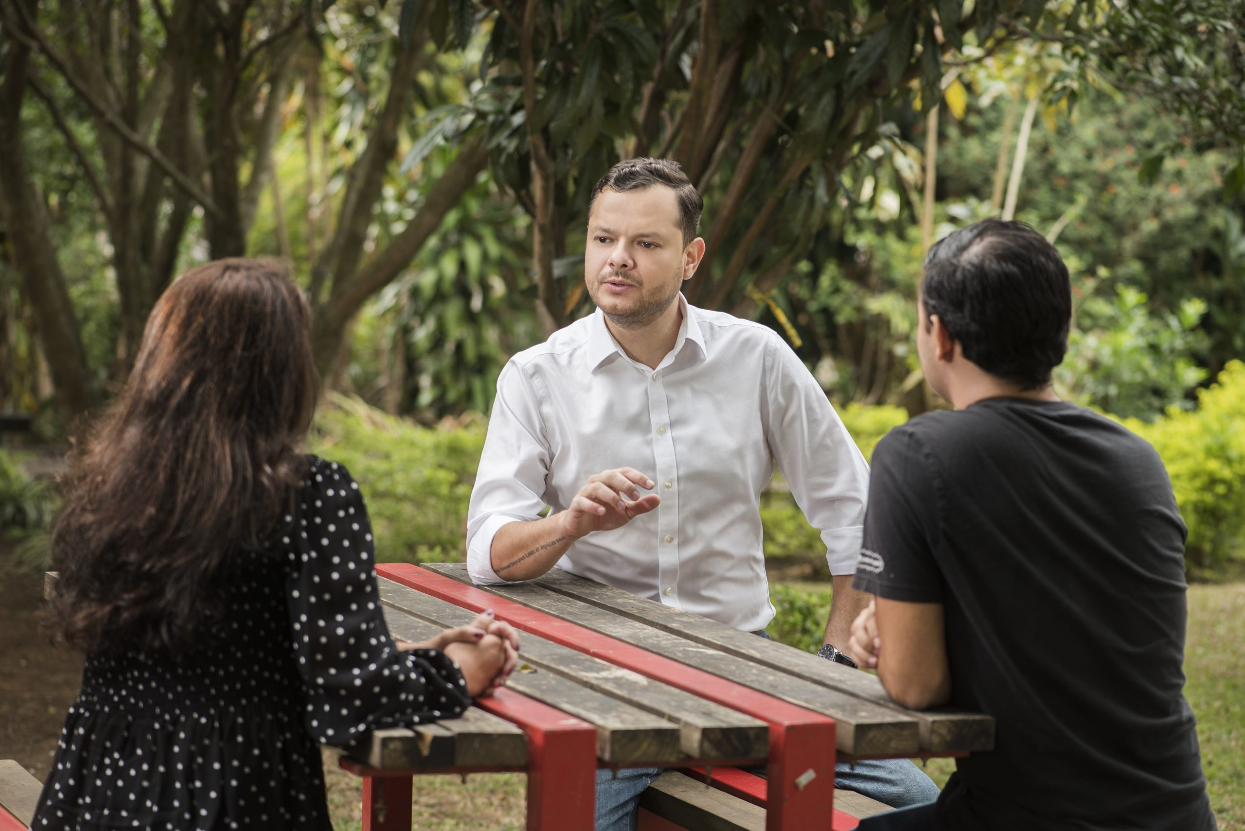 Foto de Juan Carlos hablando con personas en un parque